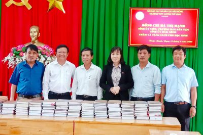 Đồng chí Hà Thị Hạnh – Trưởng Ban Dân vận tỉnh ủy Đăk Nông đến thăm và tặng sách cho trường THPT Lương Thế Vinh